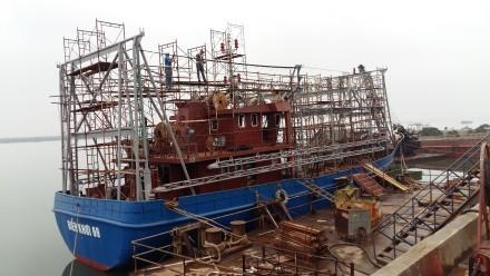 Tàu vỏ sắt Sang Fish 01 sau một thời gian sử dụng bộc lộ nhiều khiếm khuyết khiến ngư dân ngán ngẩm. Ảnh: H.L