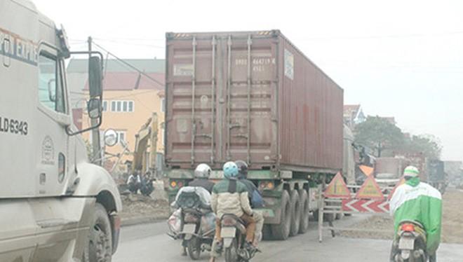 Mức phí cao, xe container, xe tải vào quốc lộ 38 để né trạm thu phí ở quốc lộ 5. Ảnh: VIẾT LONG