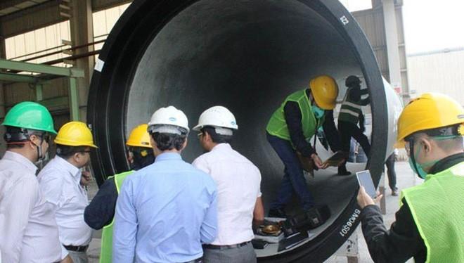 Đoàn chuyên gia của Viwasupco kiểm tra cơ sở sản xuất của Jindal Saw tại Abu Dhabi. Ảnh: CTV