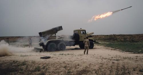 Quân đội Iraq phóng hỏa tiễn vào các vị trí của IS ở ngoại ô thành phố Mosul. Ảnh: MilitaryTimes
