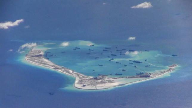 Tàu nạo vét của Trung Quốc tổ chức nạo vét, bồi đắp trái phép trên Đá Vành Khăn thuộc quần đảo Trường Sa của Việt Nam. (Nguồn: Reuters)