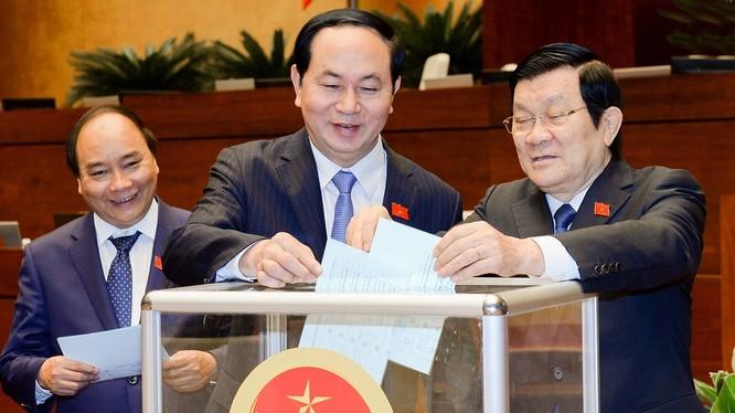 Sáng 9/4, Quốc hội đã bỏ phiếu kín phê chuẩn các thành viên mới của Chính phủ theo đề nghị của Thủ tướng mới đắc cử, ông Nguyễn Xuân Phúc.