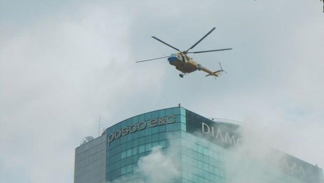 Trực thăng tham gia giải cứu người mắc kẹt trên sân thượng tòa nhà Diamond Plaza (quận 1, TP.HCM) trong buổi tổng diễn tập phương án chữa cháy, tìm kiếm cứu nạn, cứu hộ ngày 14.8.2013 (Ảnh: internet)