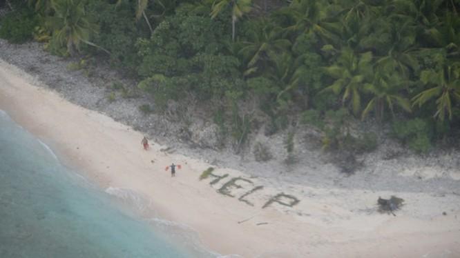 Máy bay tuần biển P-8 phát hiện 3 người trôi dạt vào đảo hoang Fanadik ở Thái Bình Dương nhờ họ dùng lá cọ xếp thành chữ HELP trên bãi biển - Ảnh: Hải quân Mỹ
