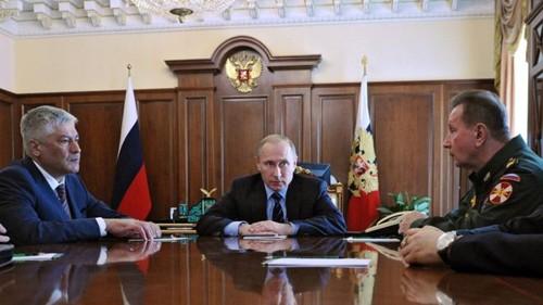 Tổng thống Putin thông báo quyết định thành lập lực lượng Vệ binh Quốc gia hôm 5/4. Thứ trưởng Nội vụ Viktor Zolotov (phải) là người chỉ huy lực lượng này.Ảnh: AFP