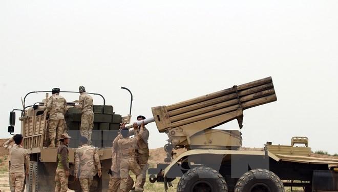 Binh sỹ quân đội Iraq chuẩn bị bệ phóng rocket trong chiến dịch chống IS tại thành phố Makhmur, cách Mosul 50 km. (Nguồn: THX/TTXVN)