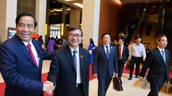 10h sáng 12/4, Quốc hội khóa XIII bế mạc kỳ họp cuối cùng. Các đại biểu ra về trong niềm vui phấn khởi.