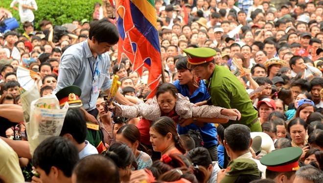 Video Biển người chen lấn, xô đẩy trong ngày khai hội Đền Hùng