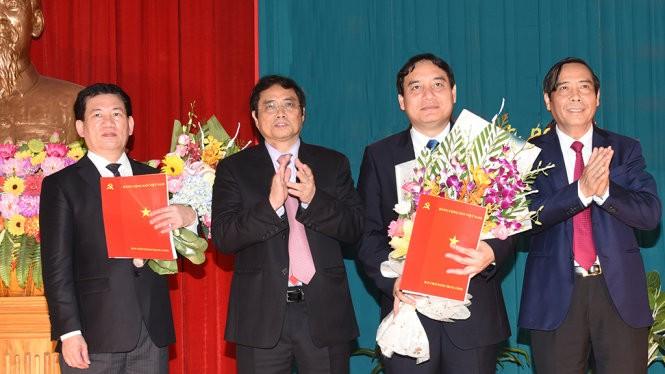 Ông Nguyễn Đắc Vinh (thứ hai từ phải sang) và ông Hồ Đức Phớc (ngoài cùng bên trái) - Ảnh: Hồ Văn