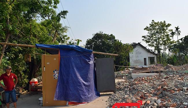 Không đất tái định cư, không hỗ trợ nơi ở tạm, người dân buộc phải dựng tạm bạc sống ngay trên chính nền nhà cũ đã tháo dỡ