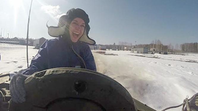 """Video """"Gói"""" du lịch lái tăng T-90 với giá 180 euro"""