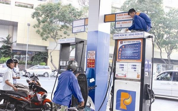 Trong khi hai bộ Công Thương và Tài chính đùn đẩy trách nhiệm lẫn nhau, người tiêu dùng đã phải móc túi trả tiền nhiều hơn cho xăng dầu do những lỗ hổng trong việc xác định thuế nhập khẩu xăng dầu làm căn cứ tính giá bán.Ảnh: THÀNH HOA