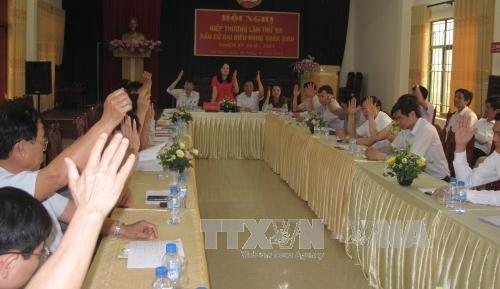 Đại biểu tỉnh Hà Nam biểu quyết thông qua danh sách ứng cử viên đại biểu Quốc hội và HĐND khóa 2016-2021. Ảnh: Thanh Tuấn/TTXVN
