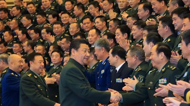 Ông Tập Cận Bình và tướng Phạm Trường Long tham gia một hội nghị quân sự. Ảnh: THX.