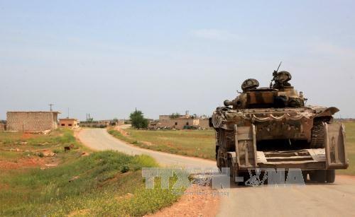 Lực lượng Chính phủ Syria tuần tra tại thị trấn Khan Tuman, phía nam thành phố Aleppo ngày 11/4. Ảnh: AFP/TTXVN