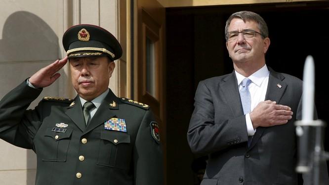 Ông Carter (phải) và tướng Phạm Trường Long tại Lầu Năm góc tháng 6/2015. Ảnh: Reuters.