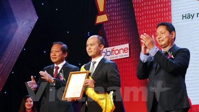 Bộ trưởng Trương Minh Tuấn và Chủ tịch Trương Gia Bình trao chứng nhận cho đại diện Viettel Telecom. (Ảnh: T.H/Vietnam+)