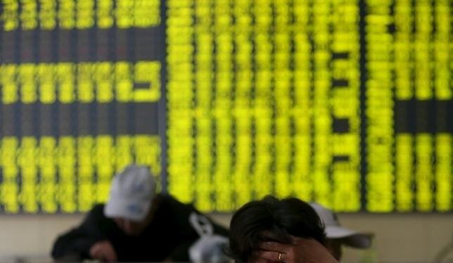 Các nhà đầu tư xem xét thông tin tại một sàn giao dịch chứng khóa ở tỉnh Giang Tô, Trung Quốc - Ảnh: Reuters