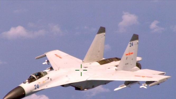 Chiến đấu cơ J-11 của Trung Quốc trong lần bay cắt ngang đầu máy bay tuần biển P-8A Poseidon của Hải quân Mỹ ở phía bắc Biển Đông ngày 19.8.2014 - Ảnh: Hải quân Mỹ