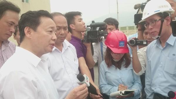 Bộ trưởng Trần Hồng Hà thị sát việc xả thải của FHS Hà Tĩnh và khẳng định, pháp luật Việt Nam không cho phép đặt ống ngầm xả thải.