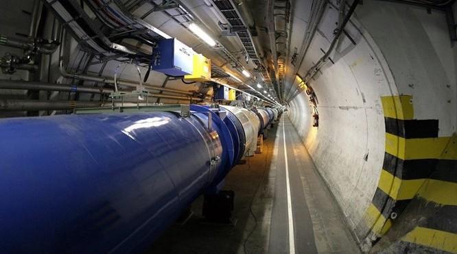 Bên trong đường ống dài 27 km dưới biên giới Thụy Sĩ - Pháp - Ảnh: CERN