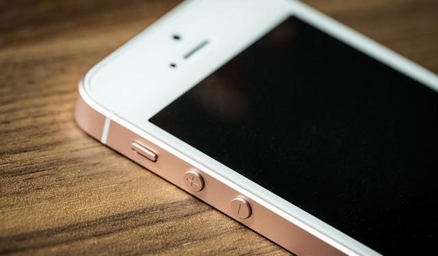 """Việc một công ty có người dùng trung thành, có lợi nhuận """"khủng"""" phải ra mắt smartphone giá rẻ nói lên rất nhiều về tình hình hiện tại..."""