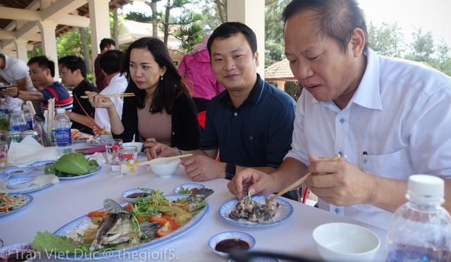 Bộ trưởng Bộ TT-TT cùng đoàn nhà báo thưởng thức món cá tại Quảng Bình