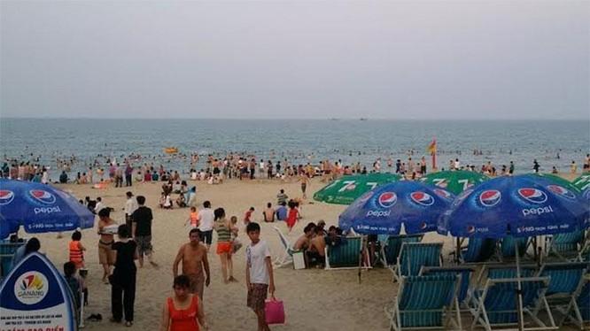Chiều 30.4 người dân và du khách quay lại tắm biển đông nghẹt sau hành động thiết thực của Lãnh đạo TP Đà Nẵng sáng nay.