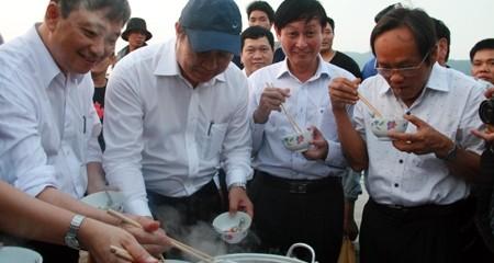 Quan chức Đà Nẵng ăn cá hấp ngay tại bến để kêu gọi người dân bình tĩnh, vượt qua khủng hoảng
