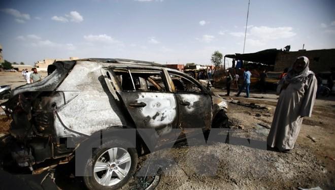 Hiện trường một vụ đánh bom xe ở thành phố Samawa, Iraq, do Is tiến hành ngày 1/5. (Nguồn: AFP/TTXVN)