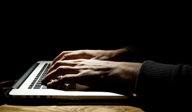Kẻ giấu mặt đã tấn công nhóm hacker chuyên nghiệp phục vụ các chính phủ như thế nào?