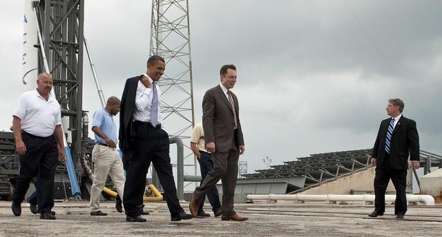 Đi ngang hàng tổng thống Obama, người quyền lực nhất thế giới trong chuyến thăm của ông đến SpaceX.