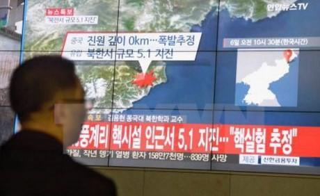 Người dân Hàn Quốc theo dõi bản tin về những rung chấn của động đất gần bãi thử hạt nhân Punggye-ri của Triều Tiên. (Nguồn: Kyodo/TTXVN)