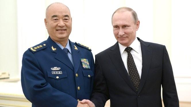 Tổng thống Nga Vladimir Putin (phải) và phó chủ tịch Quân ủy trung ương Trung Quốc Hứa Kỳ Lượng bắt tay tại một cuộc họp song phương diễn ra tháng 11-2015 ở Matxcơva - Ảnh: Diplomat