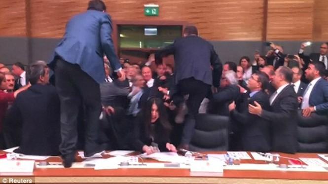 Các thành viên quốc hội Thổ Nhĩ Kỳ lao vào nhauReuters