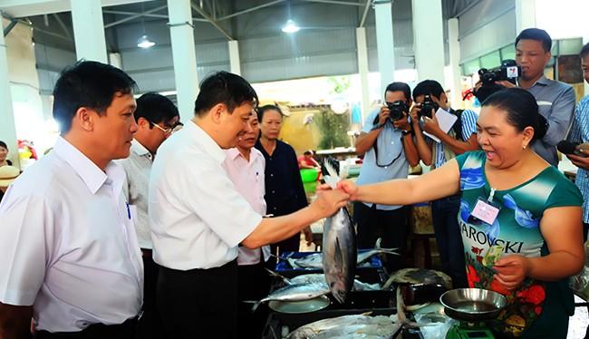 Phó Chủ tịch UBND TP Đà Nẵng Dặng Việt Dũng mua cá tại điểm bán được cấp giấy chứng nhận của Chi Cục quản lý chất lượng nông lâm thủy sản (Sở NN & PTNT Đà Nẵng)