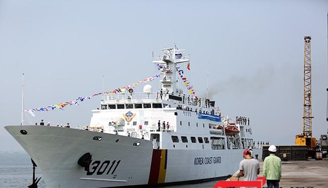 Sáng 3/5, tàu huấn luyện BADARO, hô hiệu 3011HAM cùng 170 sỹ quan, thủy thủ thuộc lực lượng Bảo vệ bờ biển Hàn Quốc đã cập cảng Tiên Sa, chính thức thăm Đà Nẵng trong 4 ngày.