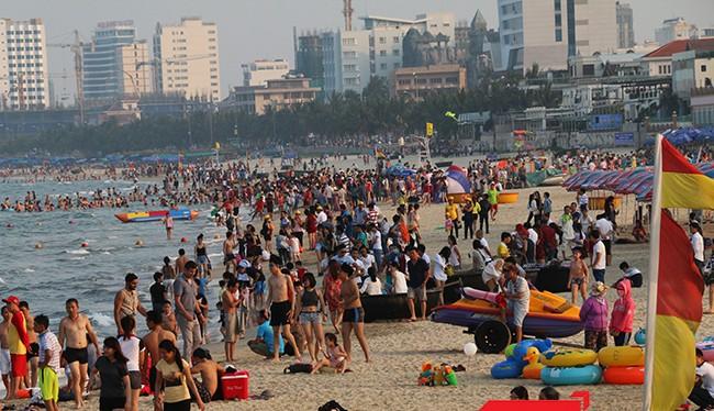 Bất chấp ảnh hưởng do hiện tượng cá chết, lượng khách nội địa đến Đà Nẵng chỉ giảm nhẹ, nhưng tăng mạnh lượng khách quốc tế