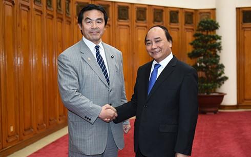 Thủ tướng Nguyễn Xuân Phúc tiếp Bộ trưởng Giáo dục, Văn hóa, Thể thao, Khoa học và Công nghệ Nhật Bản Hiroshi Hase. Ảnh: VGP/Quang Hiếu