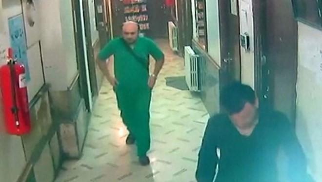 Hình ảnh cho thấy bác sĩ Muhammad Maaz (áo xanh) đang còn sống, ngay trước lúc bom rơi (Nguồn: Telegraph)