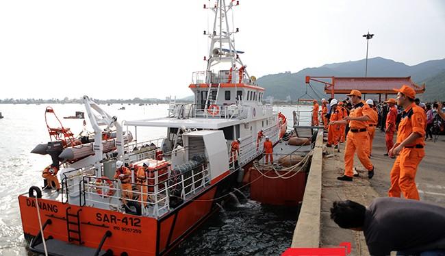 Đúng 17h15 chiều ngày 5/5, tàu cứu nạn SAR 412 cập cảng Trung tâm cứu nạn hàng hải 2, đưa 34 ngư dân bị nạn trên tàu QNa 95959TS về bờ an toàn