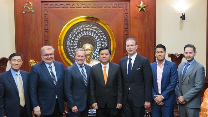 Bí thư Đinh La Thăng và các nhà đầu tư đến từ Mỹ - Ảnh: Trung Hiếu