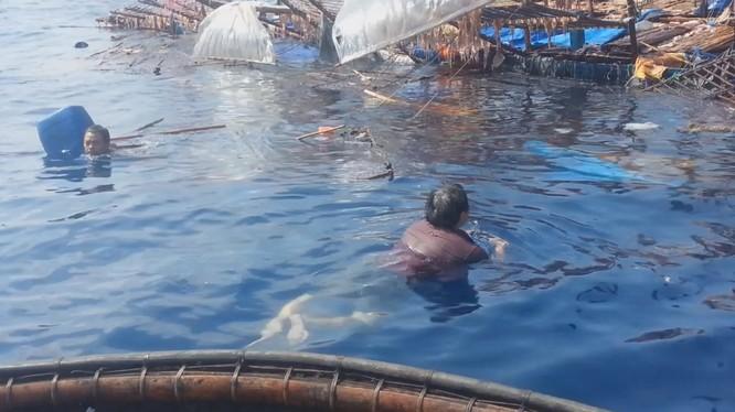 """Clip phẫn nộ ngư dân Việt ôm can bơi giữa biển vì bị """"tàu lạ"""" đâm chìm"""