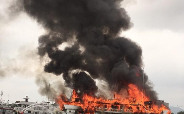 Tàu QN 6299 chìm trong biển lửa tại cảng Tuần Châu trưa 6.5