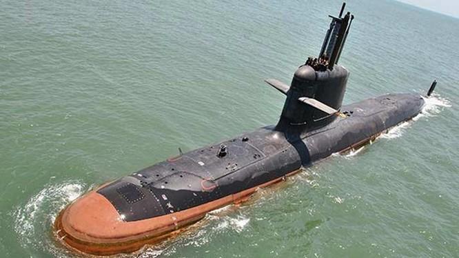 Tàu ngầm Kalvari, chiếc đầu tiên trong loạt 6 chiếc lớp Scorpene Ấn Độ đóng theo giấy phép của Pháp, thử nghiệm trên biển ngày 1.5.2016. Không có ngư lôi, tàu này như hổ không nanh - Ảnh: Hải quân Ấn Độ
