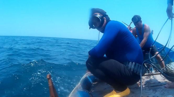 """Để làm rõ tin đồn """"cá chết xếp lớp"""" dưới đáy biển Nhân Trạch, Quảng Bình, phóng viên Tuổi Trẻ đã nhờ các thợ lặn mang máy quay ghi lại hình ảnh ở đáy biển khu vực này - Ảnh: Quốc Nam"""