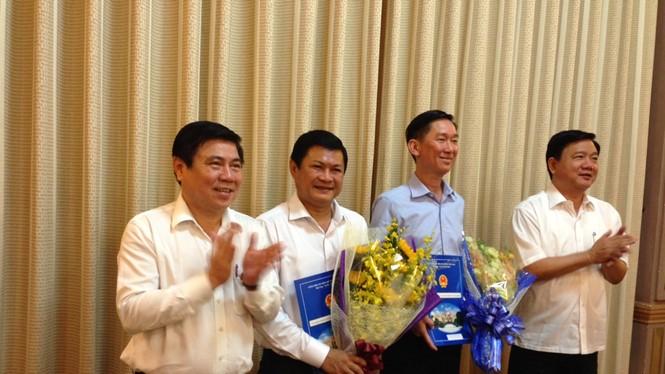 Ông Trần Vĩnh Tuyến (thứ 2 từ phải qua) và ông Huỳnh Cách Mạng (thứ 3 từ phải qua) nhận quyết định phê chuẩn nhân sự của Thủ tướng Chính phủẢnh: Tân Phú