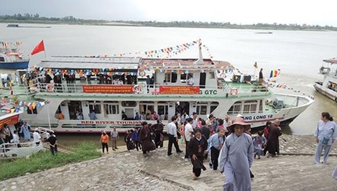 Đội tàu du lịch duy nhất trên sông Hồng của Hà Nội bị đình chỉ chưa biết đến khi nào vì không có nơi đón khách (ảnh chụp năm 2013, thời điểm đội tàu đang hoạt động).