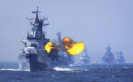 Tàu Trung Quốc tập trận bắn đạn thật. Ảnh: China Daily