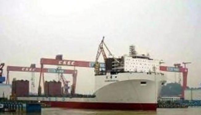 Tàu Quang Hoa rời âu tàu. Ảnh: Xilu
